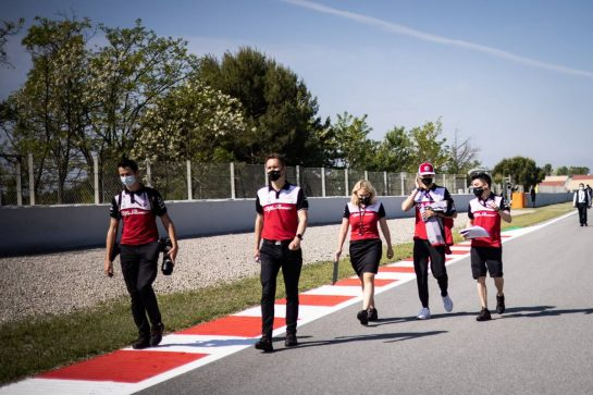 Antonio Giovinazzi (ITA) Alfa Romeo Racing walks the circuit with the team. 06.05.2021. Formula 1 World Championship, Rd 4, Spanish Grand Prix, Barcelona, Spain, Preparation Day. - www.xpbimages.com, EMail: requests@xpbimages.com © Copyright: Bearne / XPB Images