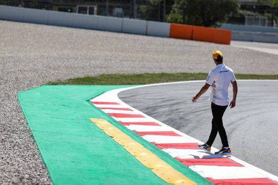 Daniel Ricciardo (AUS) McLaren walks the circuit. 06.05.2021. Formula 1 World Championship, Rd 4, Spanish Grand Prix, Barcelona, Spain, Preparation Day. - www.xpbimages.com, EMail: requests@xpbimages.com © Copyright: Charniaux / XPB Images