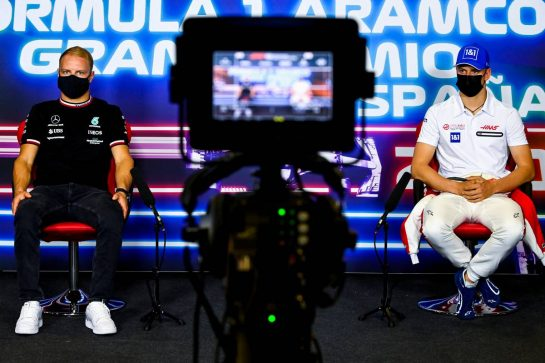 (L to R): Valtteri Bottas (FIN) Mercedes AMG F1 with Mick Schumacher (GER) Haas F1 Team in the FIA Press Conference. 06.05.2021. Formula 1 World Championship, Rd 4, Spanish Grand Prix, Barcelona, Spain, Preparation Day. - www.xpbimages.com, EMail: requests@xpbimages.com © Copyright: FIA Pool Image for Editorial Use Only