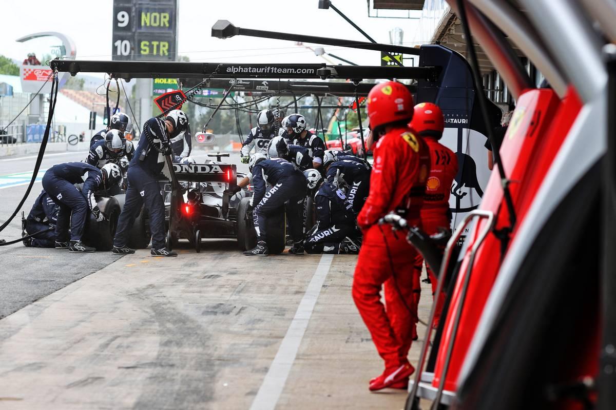 Pierre Gasly (FRA) AlphaTauri AT02 makes a pit stop. 09.05.2021. Formula 1 World Championship, Rd 4, Spanish Grand Prix, Barcelona