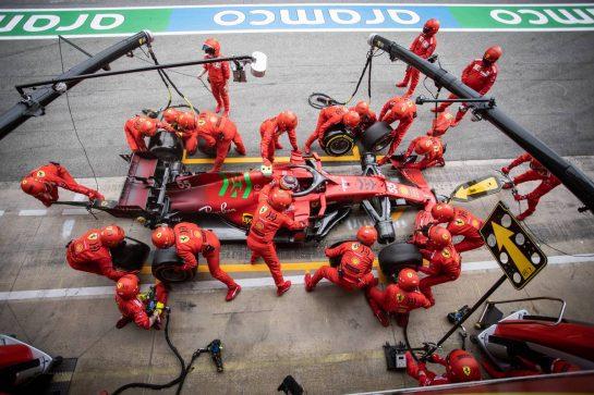 Carlos Sainz Jr (ESP) Ferrari SF-21 makes a pit stop. 09.05.2021. Formula 1 World Championship, Rd 4, Spanish Grand Prix, Barcelona, Spain, Race Day. - www.xpbimages.com, EMail: requests@xpbimages.com © Copyright: Bearne / XPB Images