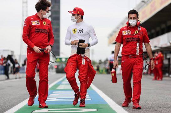Charles Leclerc (MON) Ferrari with Mattia Binotto (ITA) Ferrari Team Principal on the grid. 09.05.2021. Formula 1 World Championship, Rd 4, Spanish Grand Prix, Barcelona, Spain, Race Day. - www.xpbimages.com, EMail: requests@xpbimages.com © Copyright: Charniaux / XPB Images