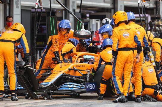 Daniel Ricciardo (AUS) McLaren MCL35M makes a pit stop. 09.05.2021. Formula 1 World Championship, Rd 4, Spanish Grand Prix, Barcelona, Spain, Race Day. - www.xpbimages.com, EMail: requests@xpbimages.com © Copyright: Charniaux / XPB Images
