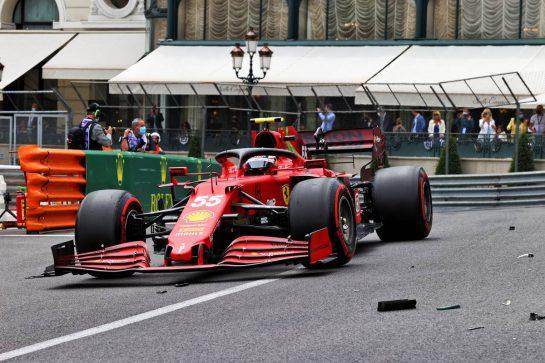 Carlos Sainz Jr (ESP) Ferrari SF-21 passes debris of Mick Schumacher (GER) Haas VF-21. 22.05.2021. Formula 1 World Championship, Rd 5, Monaco Grand Prix, Monte Carlo, Monaco, Qualifying Day. - www.xpbimages.com, EMail: requests@xpbimages.com © Copyright: Moy / XPB Images