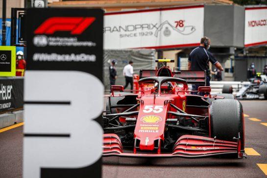 Carlos Sainz Jr (ESP) Ferrari SF-21 in parc ferme. 22.05.2021. Formula 1 World Championship, Rd 5, Monaco Grand Prix, Monte Carlo, Monaco, Qualifying Day. - www.xpbimages.com, EMail: requests@xpbimages.com © Copyright: FIA Pool Image for Editorial Use Only
