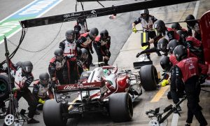 Giovinazzi costly pit stop caused by damaged tyre valve