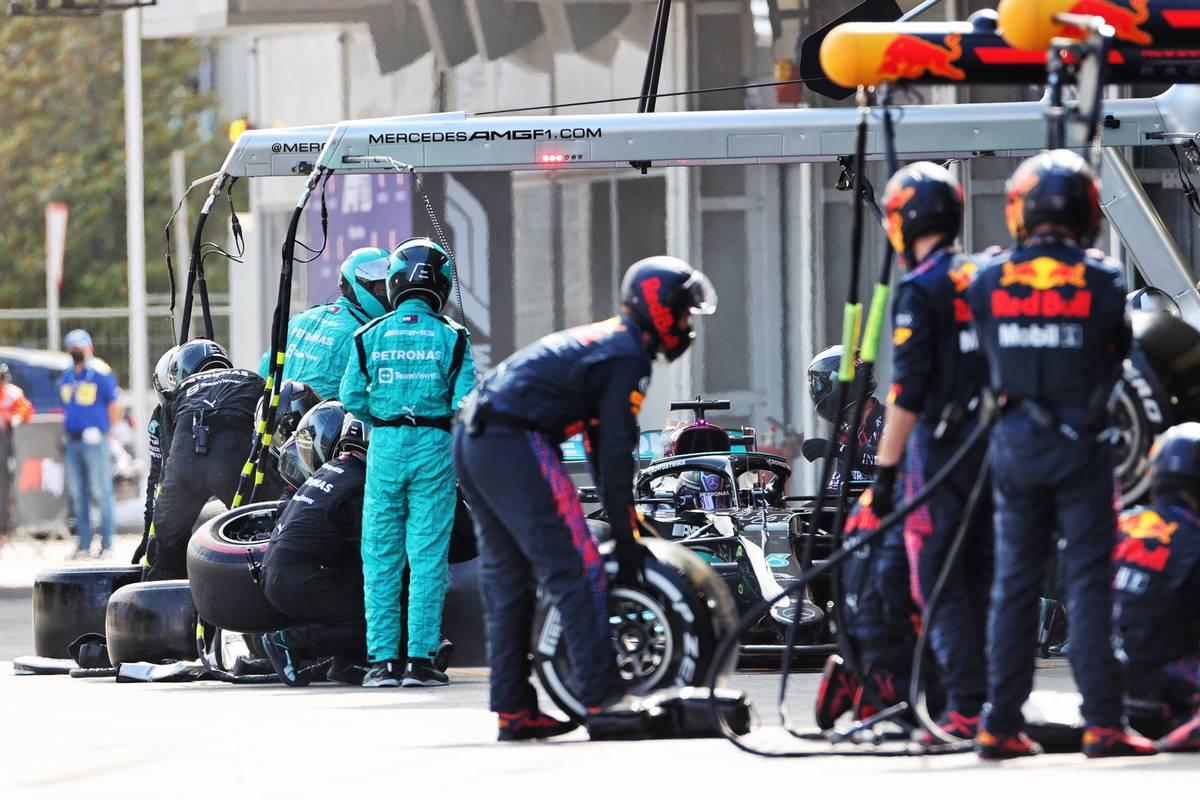 Lewis Hamilton (GBR) Mercedes AMG F1 W12 makes a pit stop. 06.06.2021. Formula 1 World Championship, Rd 6, Azerbaijan Grand Prix, Baku