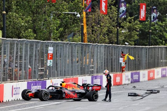 Max Verstappen (NLD) Red Bull Racing RB16B crashed out of the race. 06.06.2021. Formula 1 World Championship, Rd 6, Azerbaijan Grand Prix, Baku Street Circuit, Azerbaijan, Race Day. - www.xpbimages.com, EMail: requests@xpbimages.com © Copyright: Charniaux / XPB Images