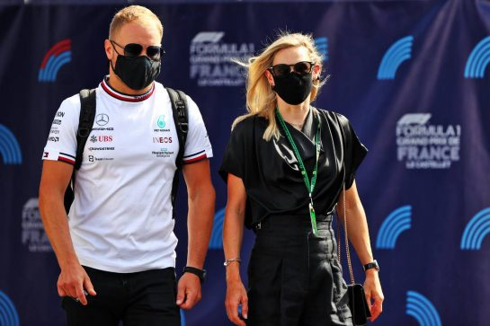 Valtteri Bottas (FIN) Mercedes AMG F1 with his girlfriend Tiffany Cromwell (AUS) Professional Cyclist. 18.06.2021. Formula 1 World Championship, Rd 7, French Grand Prix, Paul Ricard, France, Practice Day. - www.xpbimages.com, EMail: requests@xpbimages.com © Copyright: Moy / XPB Images