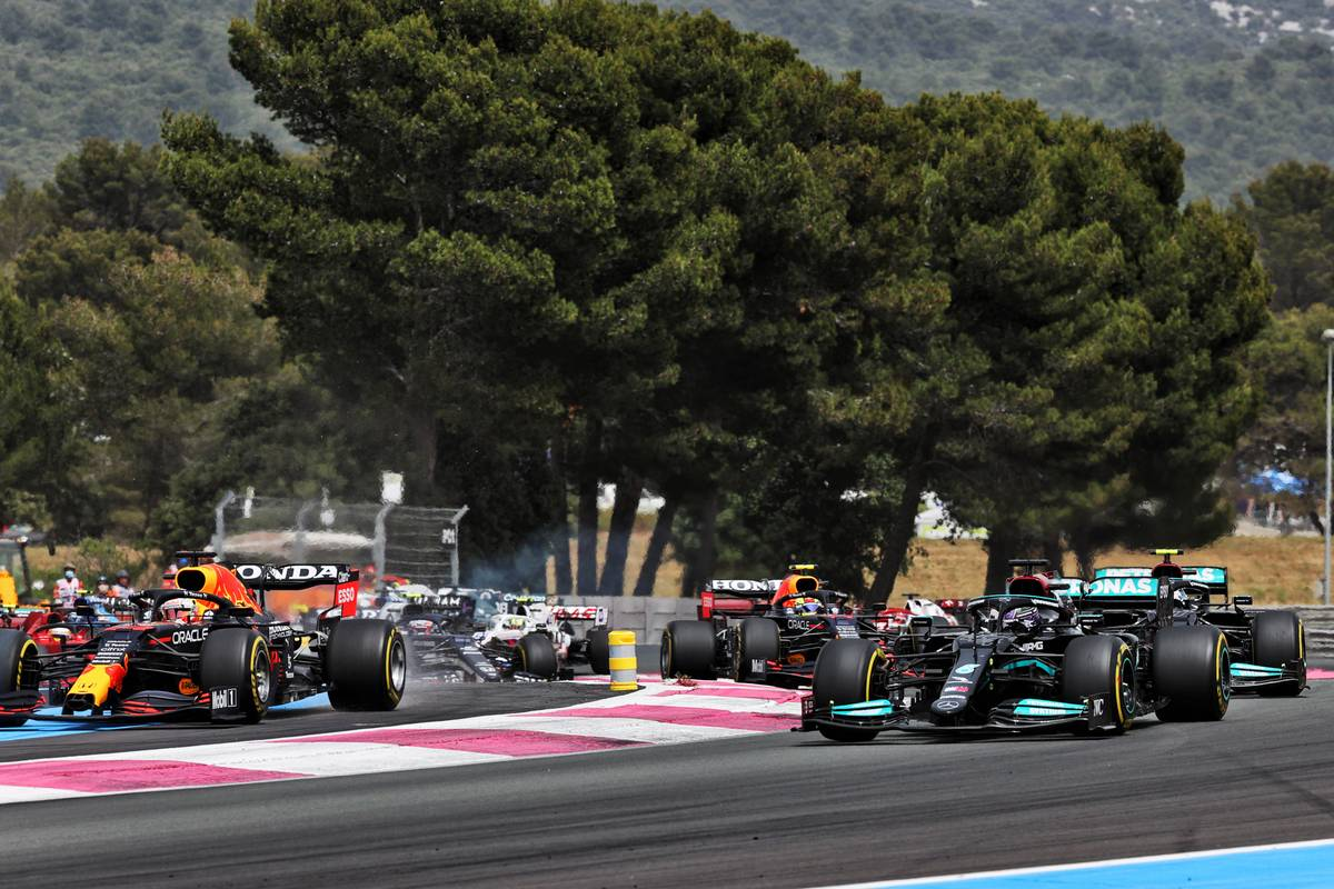 (L to R): Max Verstappen (NLD) Red Bull Racing RB16B and Lewis Hamilton (GBR) Mercedes AMG F1 W12 at the start of the race. 20.06.2021. Formula 1 World Championship, Rd 7, French Grand Prix, Paul Ricard