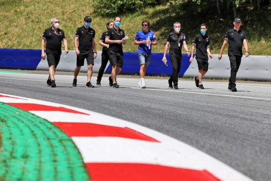 Fernando Alonso (ESP) Alpine F1 Team walks the circuit with the team. 24.06.2021. Formula 1 World Championship, Rd 8, Steiermark Grand Prix, Spielberg, Austria, Preparation Day. - www.xpbimages.com, EMail: requests@xpbimages.com © Copyright: Moy / XPB Images