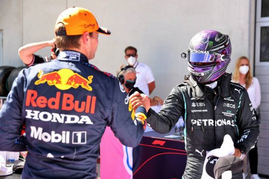(L to R): Max Verstappen (NLD) Red Bull Racing celebrates his pole position in qualifying parc ferme with Lewis Hamilton (GBR) Mercedes AMG F1. 26.06.2021. Formula 1 World Championship, Rd 8, Steiermark Grand Prix, Spielberg, Austria, Qualifying Day. - www.xpbimages.com, EMail: requests@xpbimages.com © Copyright: Batchelor / XPB Images