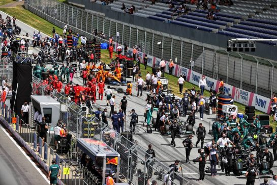 Lewis Hamilton (GBR) Mercedes AMG F1 W12, Lance Stroll (CDN) Aston Martin F1 Team AMR21, and Valtteri Bottas (FIN) Mercedes AMG F1 W12 on the grid. 27.06.2021. Formula 1 World Championship, Rd 8, Steiermark Grand Prix, Spielberg, Austria, Race Day. - www.xpbimages.com, EMail: requests@xpbimages.com © Copyright: Moy / XPB Images