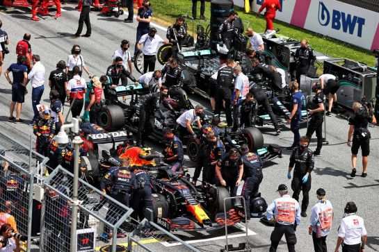 Sergio Perez (MEX) Red Bull Racing RB16B; Lewis Hamilton (GBR) Mercedes AMG F1 W12, and Valtteri Bottas (FIN) Mercedes AMG F1 W12, on the grid. 27.06.2021. Formula 1 World Championship, Rd 8, Steiermark Grand Prix, Spielberg, Austria, Race Day. - www.xpbimages.com, EMail: requests@xpbimages.com © Copyright: Moy / XPB Images