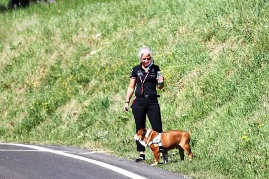 Angela Cullen (NZL) Mercedes AMG F1 Physiotherapist with Roscoe the dog. 03.07.2021. Formula 1 World Championship, Rd 9, Austrian Grand Prix, Spielberg, Austria, Qualifying Day. - www.xpbimages.com, EMail: requests@xpbimages.com © Copyright: Batchelor / XPB Images