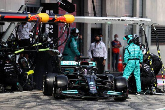 Lewis Hamilton (GBR) Mercedes AMG F1 W12 makes a pit stop. 04.07.2021. Formula 1 World Championship, Rd 9, Austrian Grand Prix, Spielberg, Austria, Race Day. - www.xpbimages.com, EMail: requests@xpbimages.com © Copyright: Moy / XPB Images