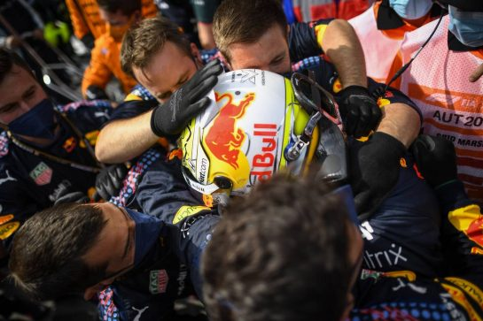 Race winner Max Verstappen (NLD) Red Bull Racing celebrates with the team in parc ferme. 04.07.2021. Formula 1 World Championship, Rd 9, Austrian Grand Prix, Spielberg, Austria, Race Day. - www.xpbimages.com, EMail: requests@xpbimages.com © Copyright: FIA Pool Image for Editorial Use Only