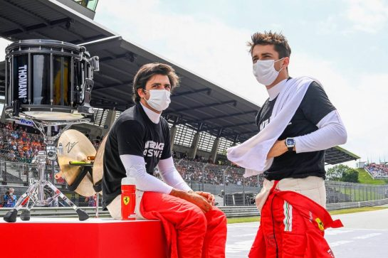 (L to R): Carlos Sainz Jr (ESP) Ferrari and Charles Leclerc (MON) Ferrari on the grid. 04.07.2021. Formula 1 World Championship, Rd 9, Austrian Grand Prix, Spielberg, Austria, Race Day. - www.xpbimages.com, EMail: requests@xpbimages.com © Copyright: FIA Pool Image for Editorial Use Only