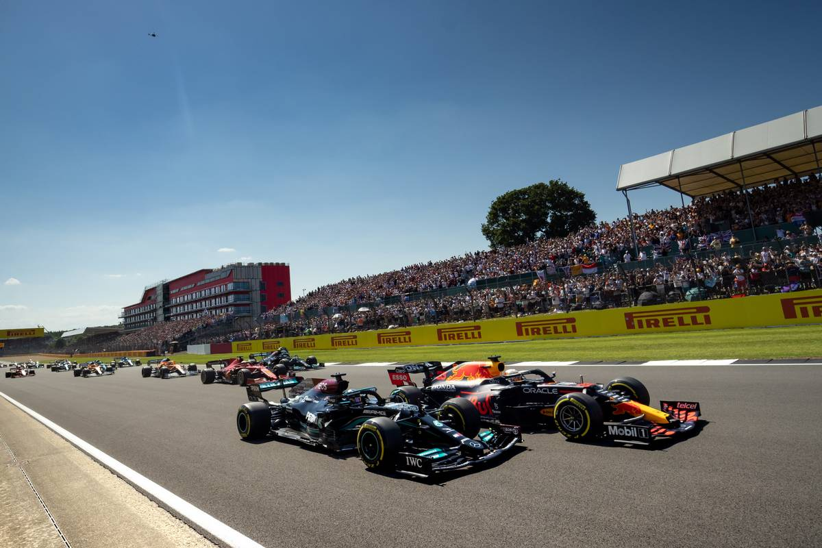Max Verstappen (NLD) Red Bull Racing RB16B and Lewis Hamilton (GBR) Mercedes AMG F1 W12 battle for the lead at the start of the race. 18.07.2021. Formula 1 World Championship, Rd 10, British Grand Prix, Silverstone