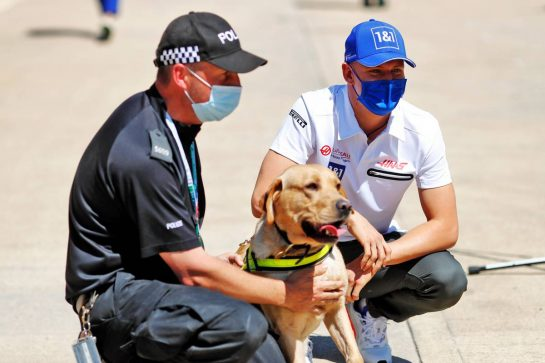 Mick Schumacher (GER) Haas F1 Team with a policeman and dog. 18.07.2021. Formula 1 World Championship, Rd 10, British Grand Prix, Silverstone, England, Race Day. - www.xpbimages.com, EMail: requests@xpbimages.com © Copyright: Staley / XPB Images