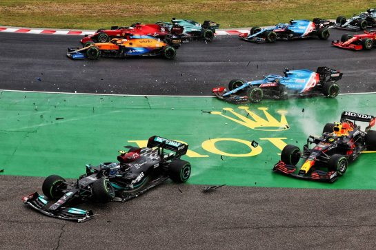 Valtteri Bottas (FIN) Mercedes AMG F1 W12 and Sergio Perez (MEX) Red Bull Racing RB16B crash out at the start of the race as Lance Stroll (CDN) Aston Martin F1 Team AMR21 crashes into Charles Leclerc (MON) Ferrari SF-21. 01.08.2021. Formula 1 World Championship, Rd 11, Hungarian Grand Prix, Budapest, Hungary, Race Day. - www.xpbimages.com, EMail: requests@xpbimages.com © Copyright: Moy / XPB Images