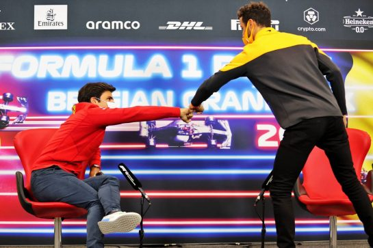 (L to R): Carlos Sainz Jr (ESP) Ferrari and Daniel Ricciardo (AUS) McLaren in the FIA Press Conference. 26.08.2021. Formula 1 World Championship, Rd 12, Belgian Grand Prix, Spa Francorchamps, Belgium, Preparation Day. - www.xpbimages.com, EMail: requests@xpbimages.com © Copyright: Charniaux / XPB Images