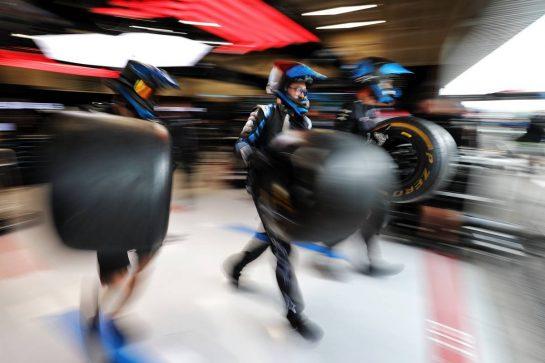 Alpine F1 Team mechanics. 27.08.2021. Formula 1 World Championship, Rd 12, Belgian Grand Prix, Spa Francorchamps, Belgium, Practice Day. - www.xpbimages.com, EMail: requests@xpbimages.com © Copyright: Moy / XPB Images