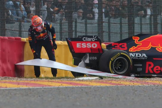 Max Verstappen (NLD) Red Bull Racing RB16B crashed during FP2.27.08.2021. Formula 1 World Championship, Rd 12, Belgian Grand Prix, Spa Francorchamps, Belgium, Practice Day.- www.xpbimages.com, EMail: requests@xpbimages.com © Copyright: XPB Images