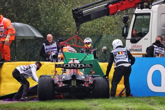 The Red Bull Racing RB16B of Sergio Perez (MEX) is craned away from the circuit after he crashed heading to the grid. 29.08.2021. Formula 1 World Championship, Rd 12, Belgian Grand Prix, Spa Francorchamps, Belgium, Race Day. - www.xpbimages.com, EMail: requests@xpbimages.com © Copyright: Batchelor / XPB Images