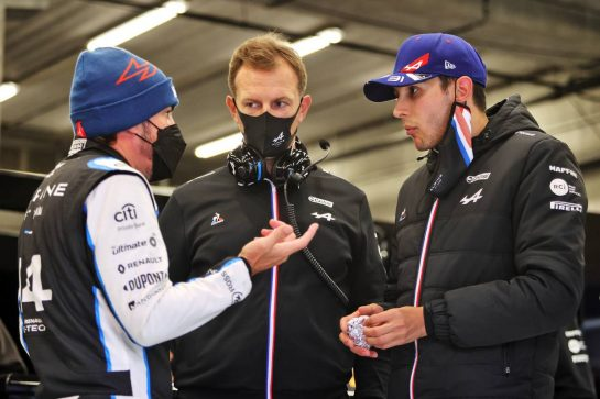 (L to R): Fernando Alonso (ESP) Alpine F1 Team with Laurent Rossi (FRA) Alpine Chief Executive Officer and Esteban Ocon (FRA) Alpine F1 Team in the pits as the race is suspended. 29.08.2021. Formula 1 World Championship, Rd 12, Belgian Grand Prix, Spa Francorchamps, Belgium, Race Day. - www.xpbimages.com, EMail: requests@xpbimages.com © Copyright: Moy / XPB Images