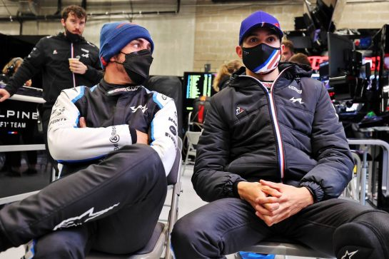 (L to R): Fernando Alonso (ESP) Alpine F1 Team and Esteban Ocon (FRA) Alpine F1 Team in the pits while the race is stopped. 29.08.2021. Formula 1 World Championship, Rd 12, Belgian Grand Prix, Spa Francorchamps, Belgium, Race Day. - www.xpbimages.com, EMail: requests@xpbimages.com © Copyright: Moy / XPB Images