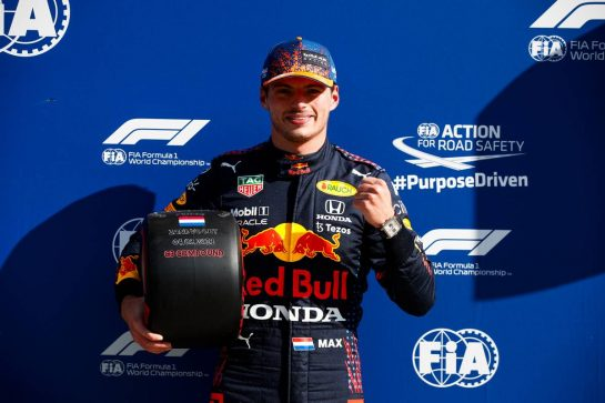 Max Verstappen (NLD) Red Bull Racing celebrates with the Pirelli Pole Position Award in qualifying parc ferme. 04.09.2021. Formula 1 World Championship, Rd 13, Dutch Grand Prix, Zandvoort, Netherlands, Qualifying Day. - www.xpbimages.com, EMail: requests@xpbimages.com © Copyright: FIA Pool Image for Editorial Use Only