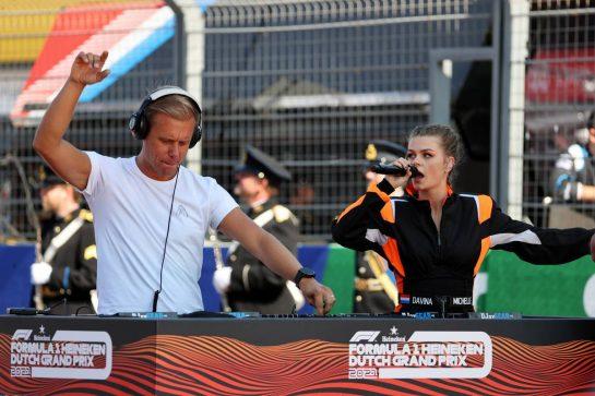 Davina Michelle (NLD) Singer (Right) on the grid. 05.09.2021. Formula 1 World Championship, Rd 13, Dutch Grand Prix, Zandvoort, Netherlands, Race Day. - www.xpbimages.com, EMail: requests@xpbimages.com © Copyright: Batchelor / XPB Images
