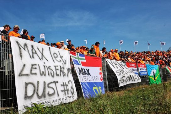 Circuit atmosphere - Max Verstappen (NLD) Red Bull Racing fans and banners. 05.09.2021. Formula 1 World Championship, Rd 13, Dutch Grand Prix, Zandvoort, Netherlands, Race Day. - www.xpbimages.com, EMail: requests@xpbimages.com © Copyright: Charniaux / XPB Images