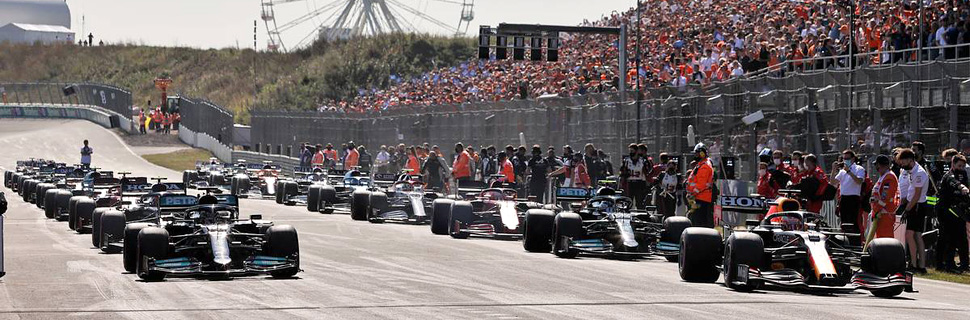 Lewis Hamilton (GBR) Mercedes AMG F1 W12 and Max Verstappen (NLD) Red Bull Racing RB16B at the start of the race. 05.09.2021. Formula 1 World Championship, Rd 13, Dutch Grand Prix, Zandvoort