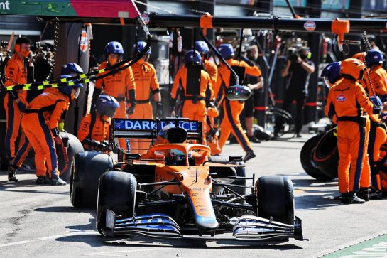 Daniel Ricciardo (AUS) McLaren MCL35M makes a pit stop. 05.09.2021. Formula 1 World Championship, Rd 13, Dutch Grand Prix, Zandvoort, Netherlands, Race Day. - www.xpbimages.com, EMail: requests@xpbimages.com © Copyright: Moy / XPB Images