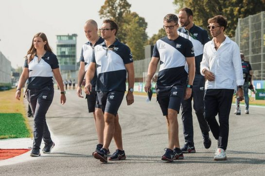 Pierre Gasly (FRA) AlphaTauri walks the circuit with the team. 09.09.2021. Formula 1 World Championship, Rd 14, Italian Grand Prix, Monza, Italy, Preparation Day. - www.xpbimages.com, EMail: requests@xpbimages.com © Copyright: Bearne / XPB Images