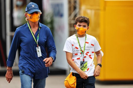 Emerson Fittipaldi (BRA) with his son Emerson Fittipaldi Jnr (BRA).  10.09.2021. Formula 1 World Championship, Rd 14, Italian Grand Prix, Monza, Italy, Qualifying Day. - www.xpbimages.com, EMail: requests@xpbimages.com © Copyright: Moy / XPB Images