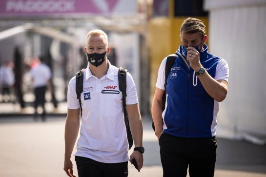 (L to R): Nikita Mazepin (RUS) Haas F1 Team with Jesper Carlsen (DEN) Haas F1 Team. 11.09.2021. Formula 1 World Championship, Rd 14, Italian Grand Prix, Monza, Italy, Sprint Day. - www.xpbimages.com, EMail: requests@xpbimages.com © Copyright: Bearne / XPB Images
