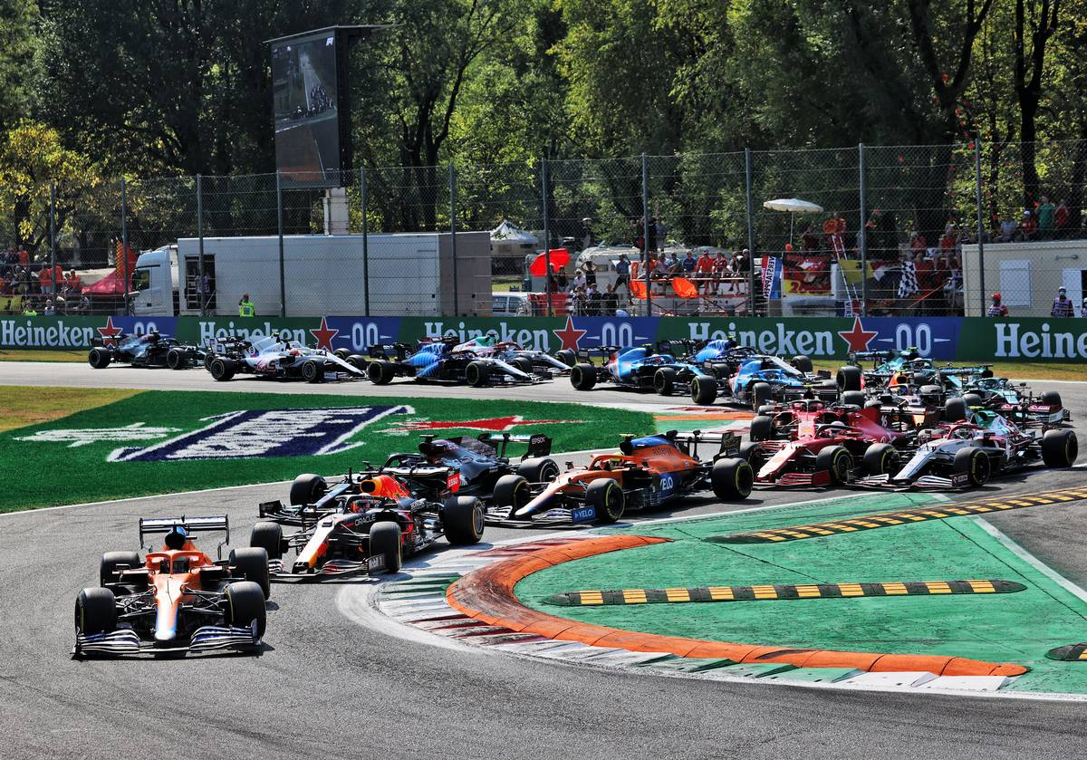 Daniel Ricciardo (AUS) McLaren MCL35M leads at the start of the race. 12.09.2021. Formula 1 World Championship, Rd 14, Italian Grand Prix, Monza