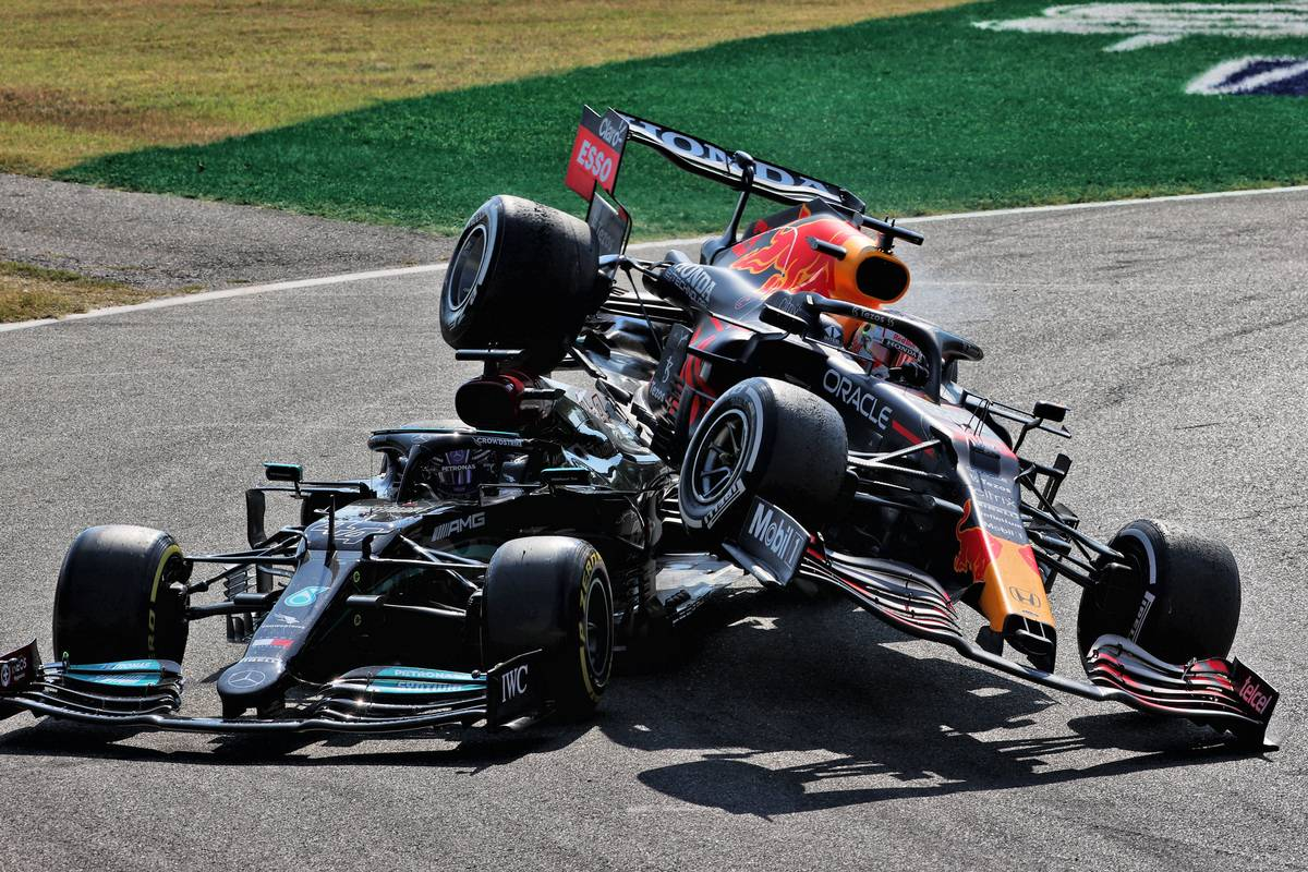 Max Verstappen (NLD) Red Bull Racing RB16B and Lewis Hamilton (GBR) Mercedes AMG F1 W12 crash at the first chicane. 12.09.2021. Formula 1 World Championship, Rd 14, Italian Grand Prix, Monza