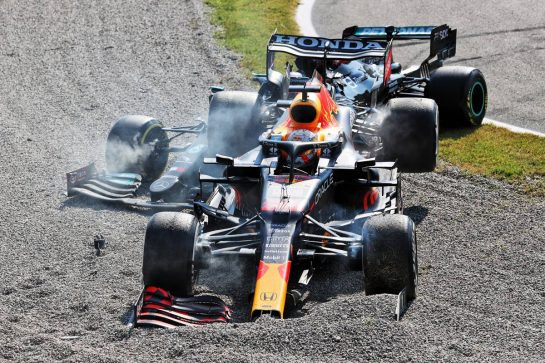 Max Verstappen (NLD) Red Bull Racing RB16B and Lewis Hamilton (GBR) Mercedes AMG F1 W12 crash at the first chicane. 12.09.2021. Formula 1 World Championship, Rd 14, Italian Grand Prix, Monza, Italy, Race Day. - www.xpbimages.com, EMail: requests@xpbimages.com © Copyright: Batchelor / XPB Images
