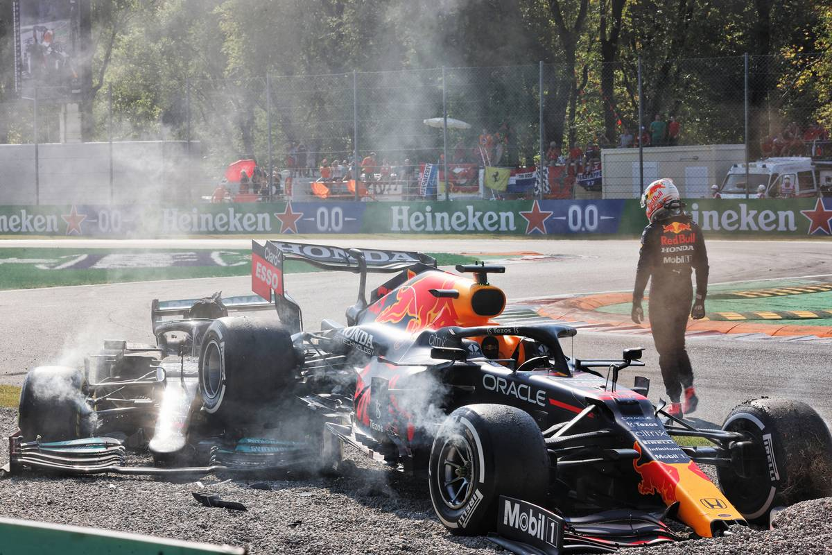 Max Verstappen (NLD) Red Bull Racing RB16B and Lewis Hamilton (GBR) Mercedes AMG F1 W12 crashed at the first chicane. 12.09.2021. Formula 1 World Championship, Rd 14, Italian Grand Prix, Monza