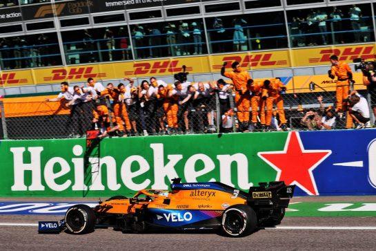 Race winner Daniel Ricciardo (AUS) McLaren MCL35M celebrates as he passes the team at the end of the race. 12.09.2021. Formula 1 World Championship, Rd 14, Italian Grand Prix, Monza, Italy, Race Day. - www.xpbimages.com, EMail: requests@xpbimages.com © Copyright: Batchelor / XPB Images