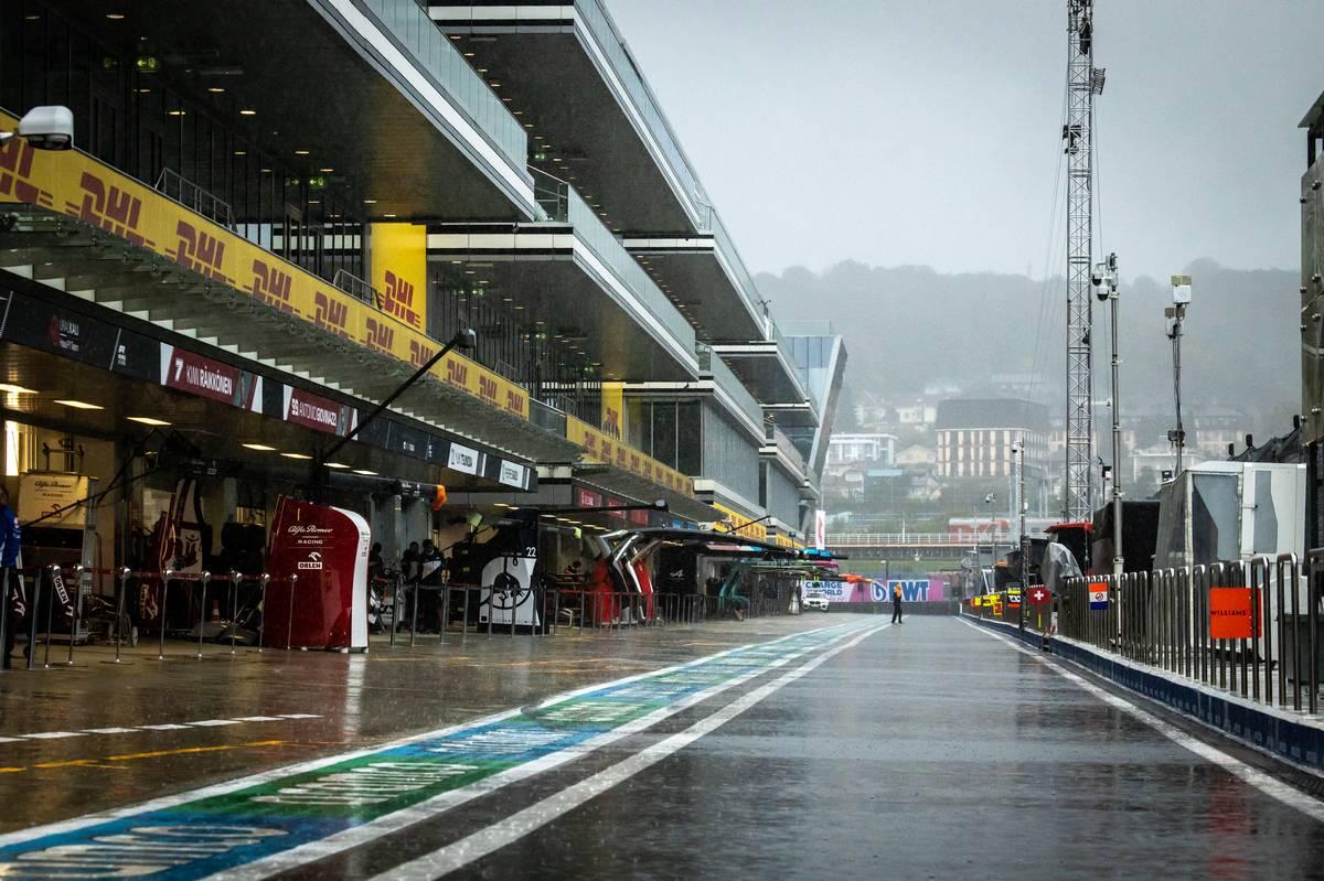 Circuit atmosphere - a wet pit lane as rain falls. 25.09.2021. Formula 1 World Championship, Rd 15, Russian Grand Prix, Sochi