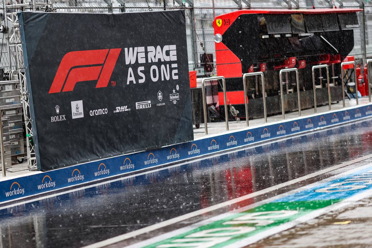Circuit atmosphere - rain falls in the pits as FP3 is cancelled. 25.09.2021. Formula 1 World Championship, Rd 15, Russian Grand Prix, Sochi