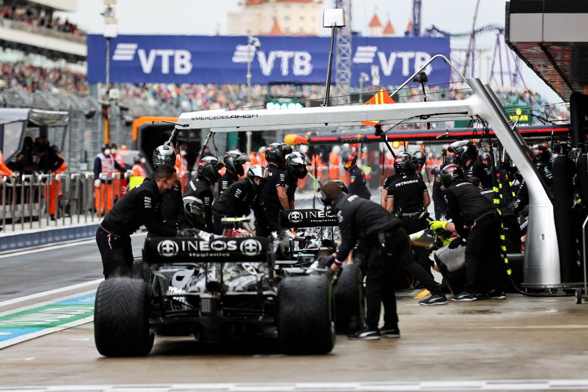 Lewis Hamilton (GBR) Mercedes AMG F1 W12 and Valtteri Bottas (FIN) Mercedes AMG F1 W12 in the pits. 25.09.2021. Formula 1 World Championship, Rd 15, Russian Grand Prix, Sochi