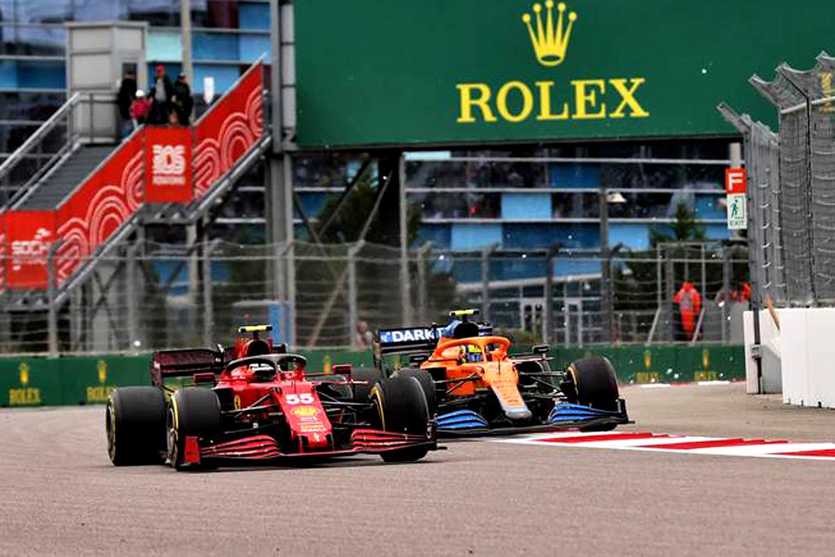 Carlos Sainz Jr (ESP) Ferrari SF-21 and Lando Norris (GBR) McLaren MCL35M battle for the lead of the race. 26.09.2021. Formula 1 World Championship, Rd 15, Russian Grand Prix, Sochi