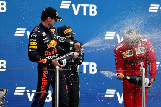 1st place Lewis Hamilton (GBR) Mercedes AMG F1 W12 with 2nd place Max Verstappen (NLD) Red Bull Racing RB16B and 3rd place Carlos Sainz Jr (ESP) Ferrari SF-21.26.09.2021. Formula 1 World Championship, Rd 15, Russian Grand Prix, Sochi Autodrom, Sochi, Russia, Race Day.- www.xpbimages.com, EMail: requests@xpbimages.com © Copyright: Batchelor / XPB Images