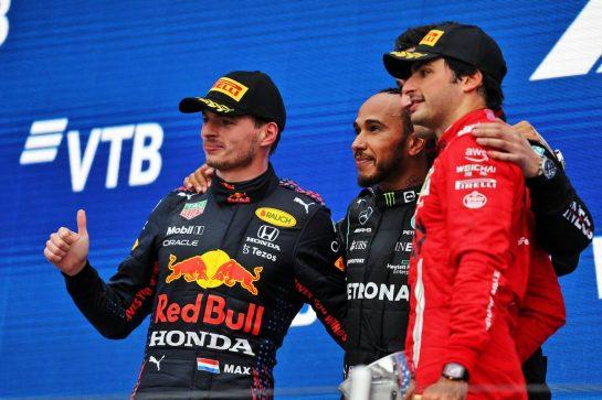 The podium (L to R): Max Verstappen (NLD) Red Bull Racing, second; Lewis Hamilton (GBR) Mercedes AMG F1, race winner; Carlos Sainz Jr (ESP) Ferrari, third. 26.09.2021. Formula 1 World Championship, Rd 15, Russian Grand Prix, Sochi Autodrom, Sochi, Russia, Race Day. - www.xpbimages.com, EMail: requests@xpbimages.com © Copyright: Moy / XPB Images